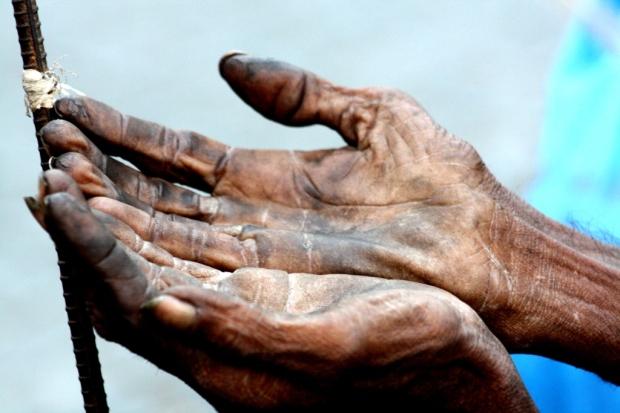 इन हाथों की भी क़द्र करना सीखे