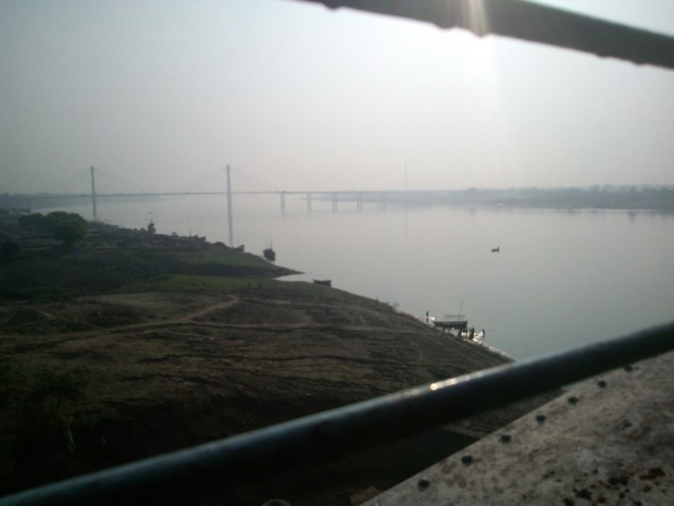 That's Yamunaji during morning hours...Just couple of months ago she was so furious  when her waters caused huge loss...Now look so pleasing...Anyway, railway bridge over this river is the first one as the train leaves the Allahabad station to move ahead on Mughalsarai-Howrah rail route.