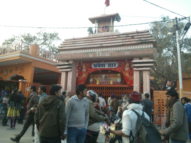 This is Bade Hanuman Ji's Temple located in Sangam Area. It's an extremely popular temple among the devotees!  Notice the huge number of devotees at this place!  Interestingly, it believes that every year Hanumanji, who is in lying position in this temple, is made to have total bath by Ganges at least once :-)