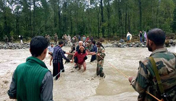 Army People Offering Helping Hands To People Of Jammu & Kashmir Trapped In Flood Waters!