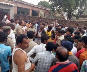 रमेश तिवारी नाम के मजदूर की आत्महत्या से भड़के परिजनों/ ग्रामीणों को समझती पुलिस!!